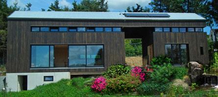 Die Feldscheune, ein Wohnhaus aus Cross Laminated Timber (CLT), wird errichtet.